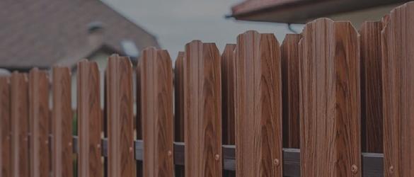 Заборы из евроштакетника с имитацией дерева в Москве