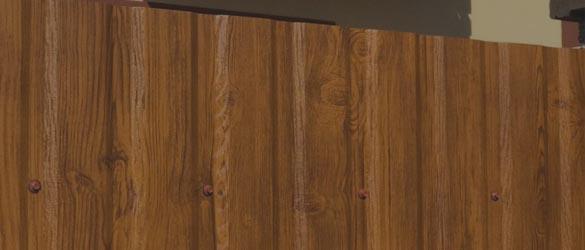 Заборы из профнастила с имитацией дерева