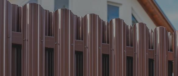 Заборы из М-образного металлического штакетника