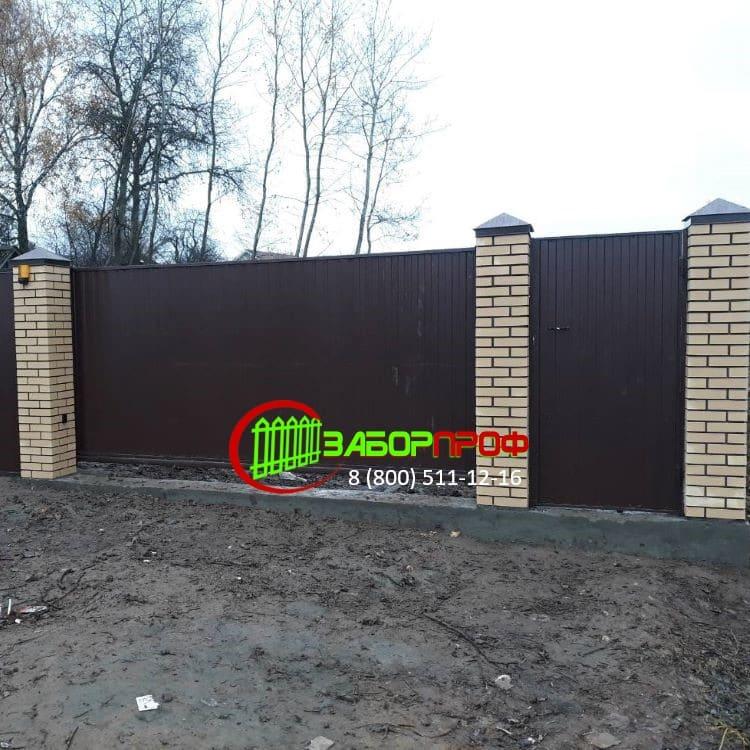 Заказать забор из профлиста с откатными воротами в Москве