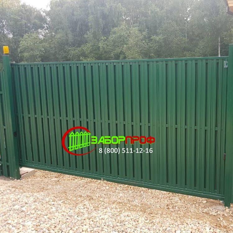 Недорогой забор из металлического штакетника с откатными воротами под заказ