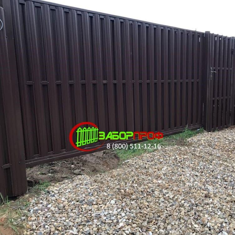 Забор с откатными воротами из евроштакетника под ключ