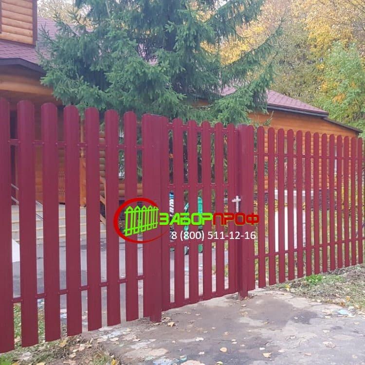 Забор из металлического штакетника с двухсторонним покрытием