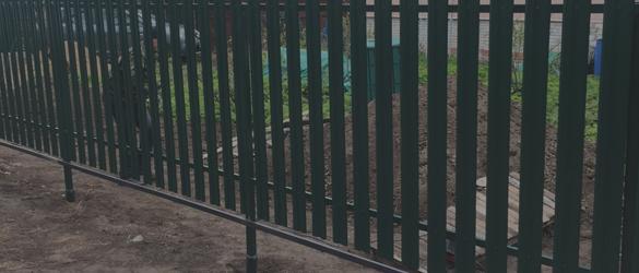 Забор из евроштакетника на свайно-винтовом фундаменте