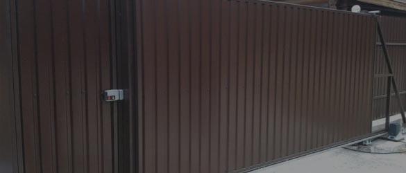 Заборы из профнастила с откатными воротами в Москве