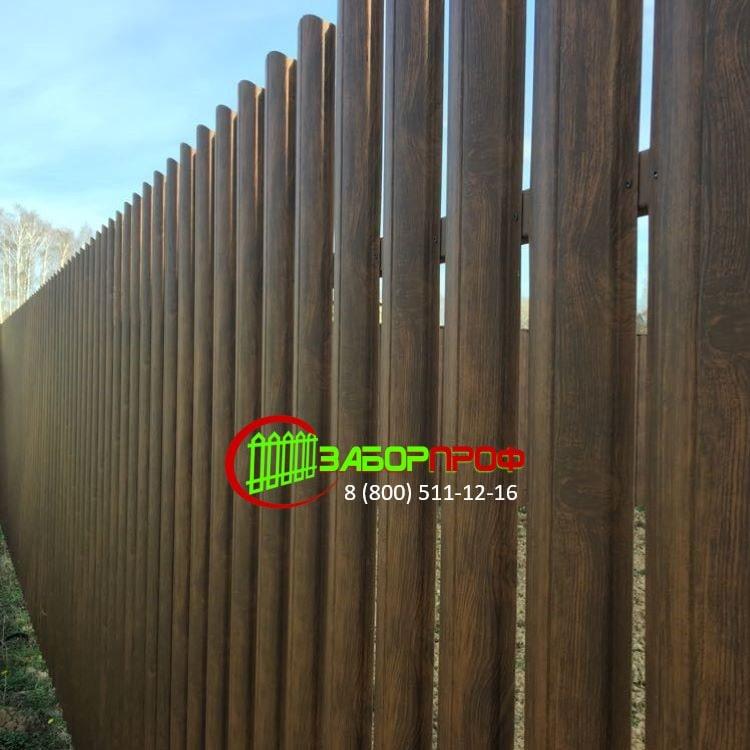 Забор из металлического евроштакетника под дерево М-образной формы