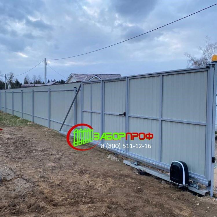 Забор для дачи из профнастила с откатными воротами